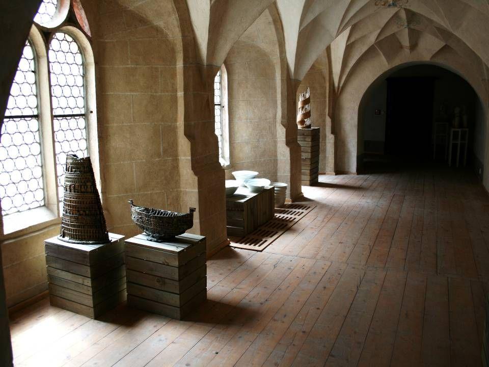 Ve specifickém prostředí františkánského kláštera v Kadani se letošní červen a červenec opět pořádá ve spolupráci: Městské muzeum v Kadani a Galerie u Adama třetí ročník Keramické plastiky, výstavy členů a přátel Sdružení výtvarných umělců keramiků.