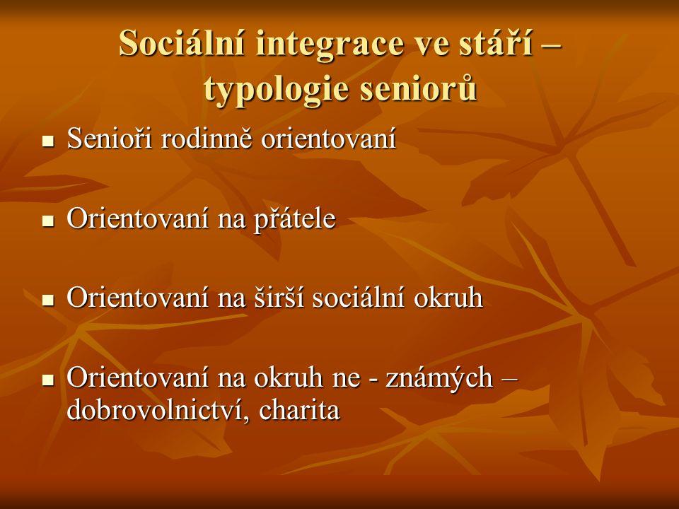 Sociální integrace ve stáří – typologie seniorů Senioři rodinně orientovaní Senioři rodinně orientovaní Orientovaní na přátele Orientovaní na přátele