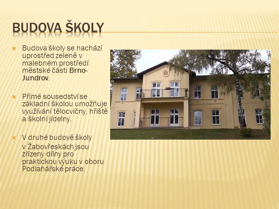  Budova školy se nachází uprostřed zeleně v malebném prostředí městské části Brno- Jundrov.  Přímé sousedství se základní školou umožňuje využívání