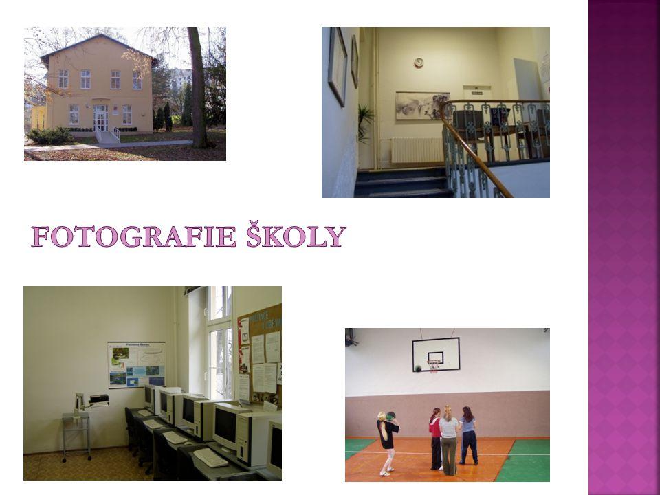  Budova školy se nachází uprostřed zeleně v malebném prostředí městské části Brno-Jundrov.  Přímé sousedství se základní školou umožňuje využívání t