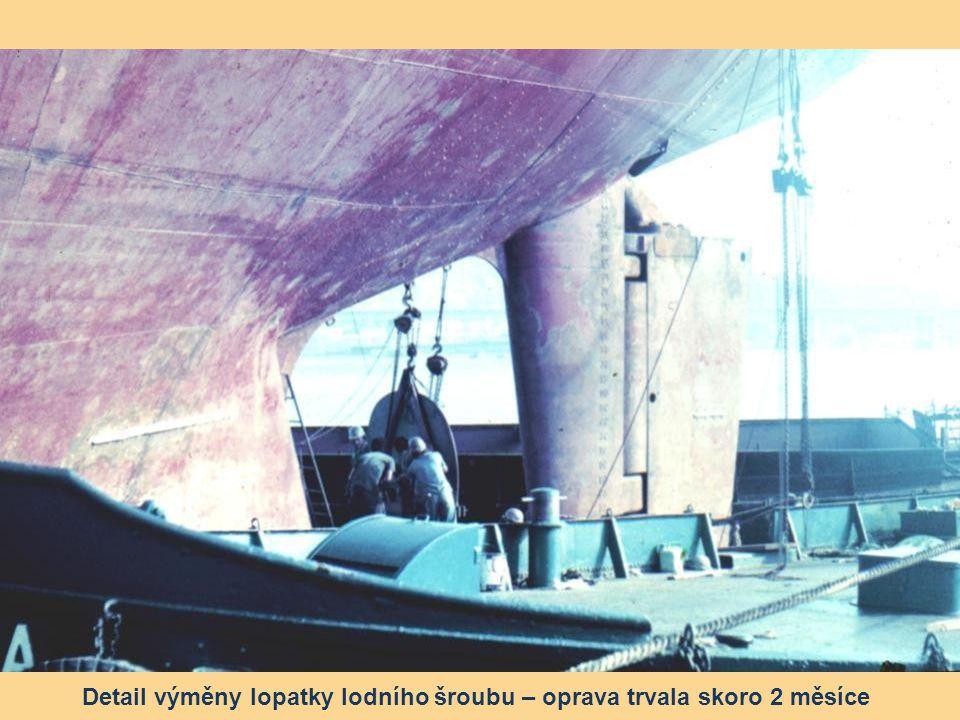 Výměna ulomené lopatky lodního šroubu v loděnici na ostrově Vienna, zátoka Rio de Janeiro