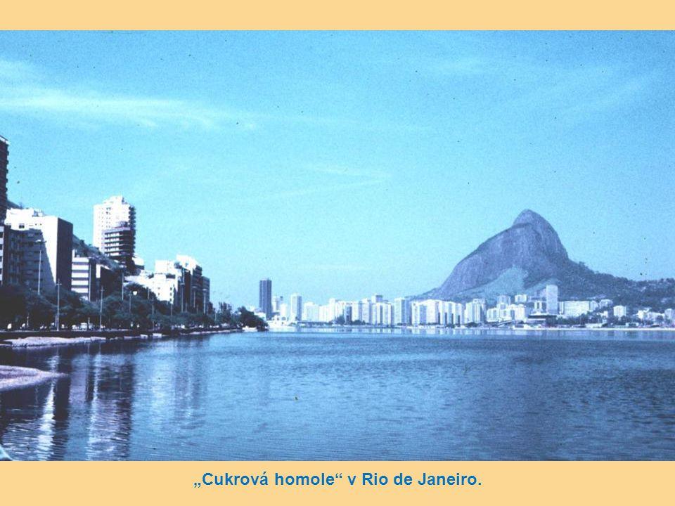 Detail – plaž Copacabana – v pozadí socha Krista na Corcovadu.