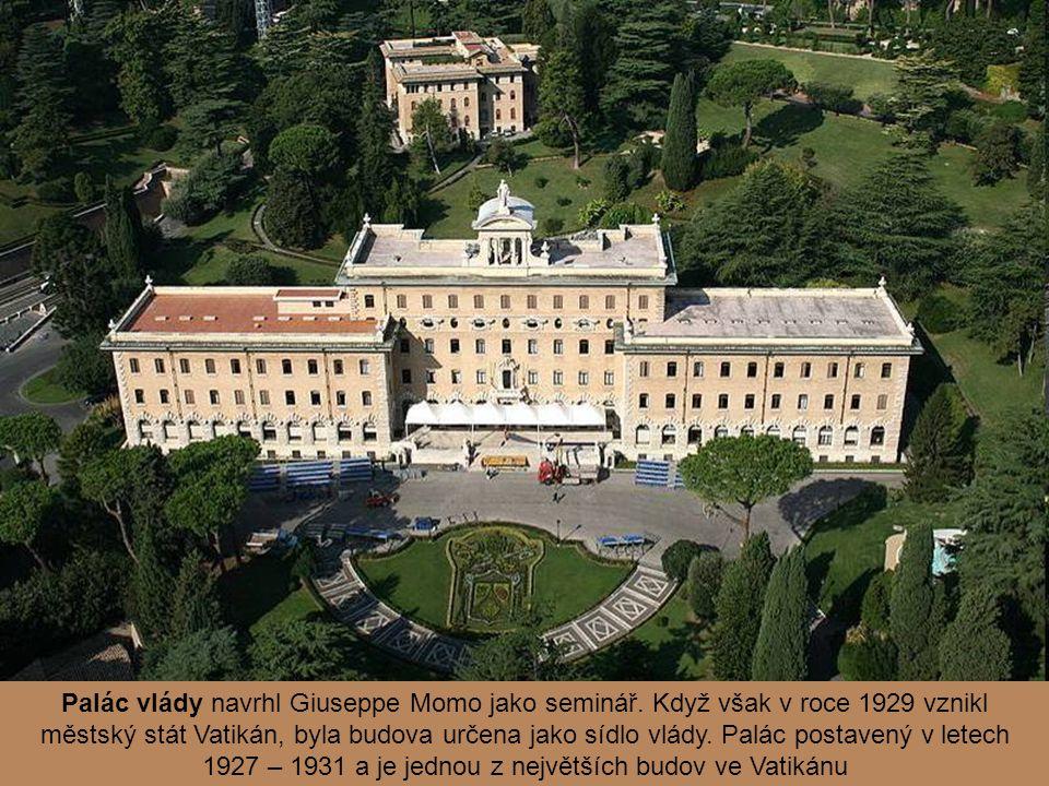 Vatikánské nádraží z roku 1933 je umístěno při jižní hradební zdi. Protože byla budova postavena zejména pro reprezentativní účely, je vybavena luxusn