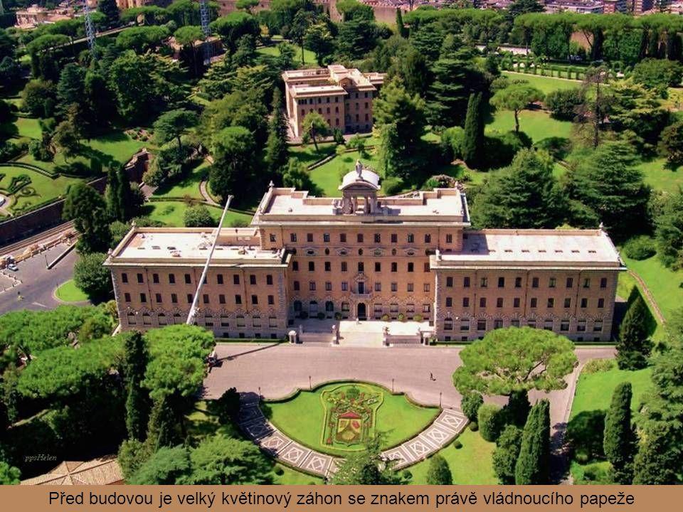 Palác vlády navrhl Giuseppe Momo jako seminář. Když však v roce 1929 vznikl městský stát Vatikán, byla budova určena jako sídlo vlády. Palác postavený