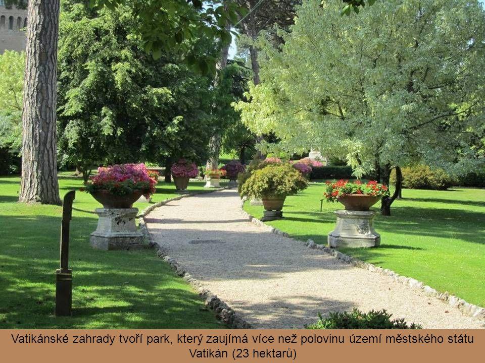 Kromě různě uspořádaných zelených ploch byl prostor postupně oživen také různými stavbami, fontánami či obrazy a sochami