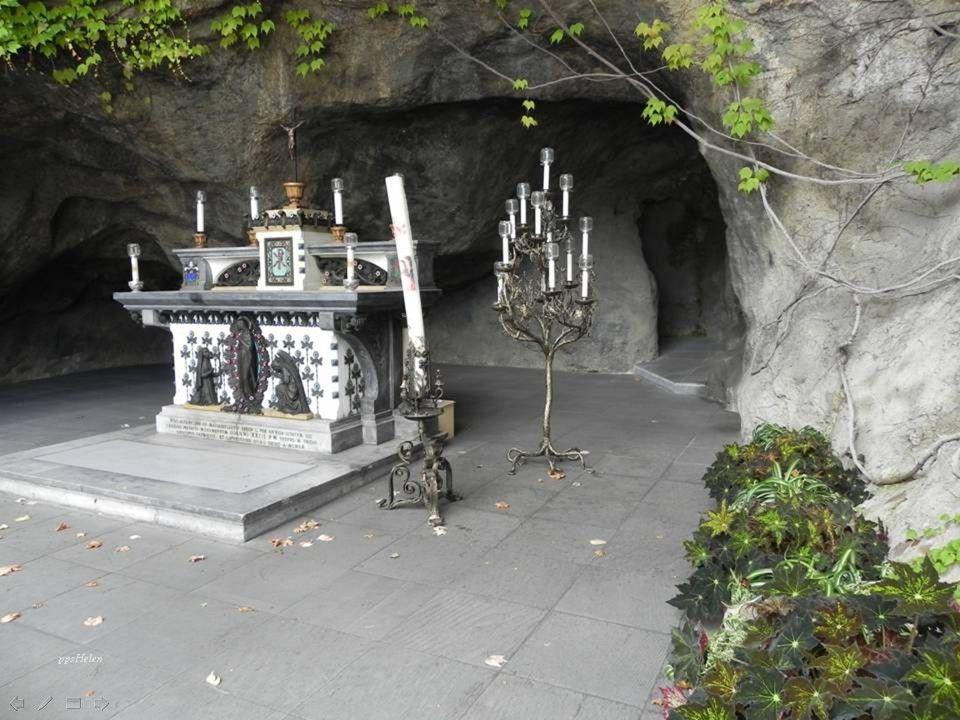 Lurdská jeskyně je replika skutečné jeskyně ve francouzském městě Lourdes, kde se místním dětem zjevovala Panna Marie
