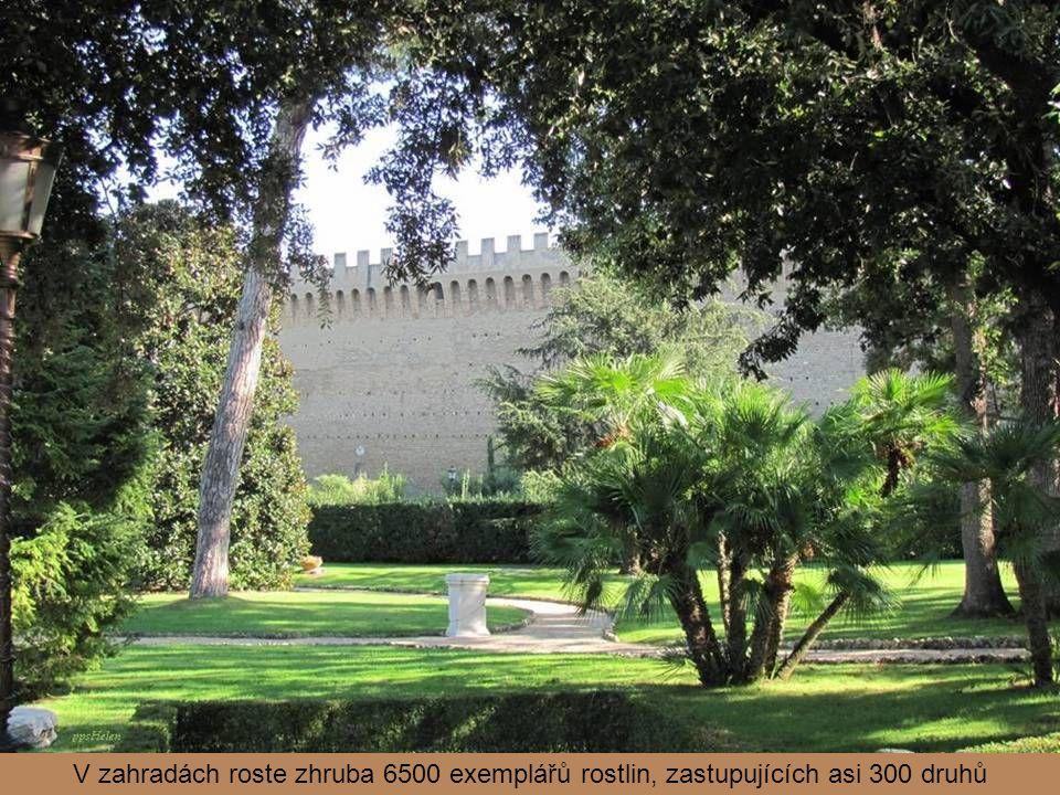 Vatikánské nádraží z roku 1933 je umístěno při jižní hradební zdi.