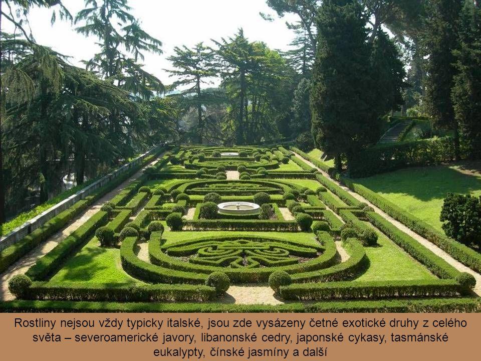 Kromě větších staveb je v zahradách umístěno i množství různých fontán, soch, fragmentů antických sloupů i sarkofágů
