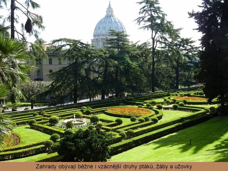 Před budovou je velký květinový záhon se znakem právě vládnoucího papeže