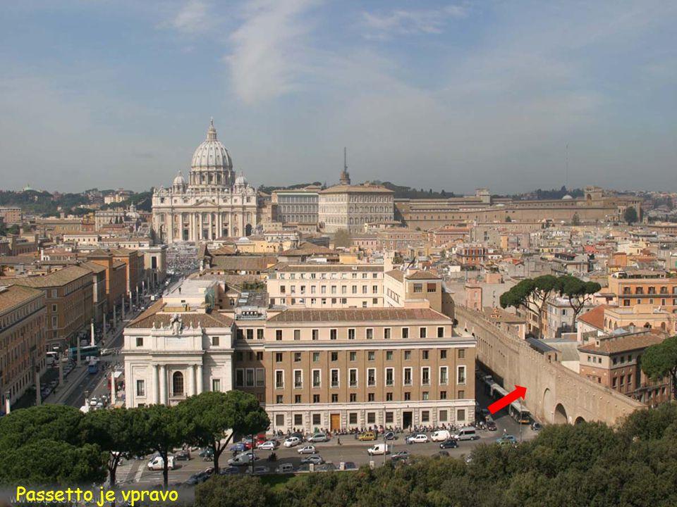 Piazza Sant Pietro z katedrály a Passetto na hrad Castel Sant Angelo