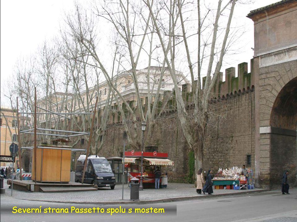 Sloupy na nám. piazza San Pietro vlevo, Passetto vpravo