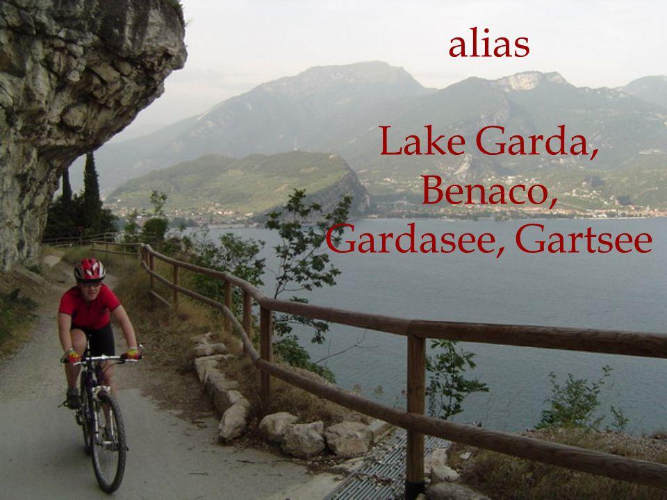 POLOHA severní Itálie mezi Alpami a Pádskou nížinou 45°38′ severní šířky, 10°40′ východní délky jezero leží v regionech Trentino-Alto Agide, Veneto a Lombardie.