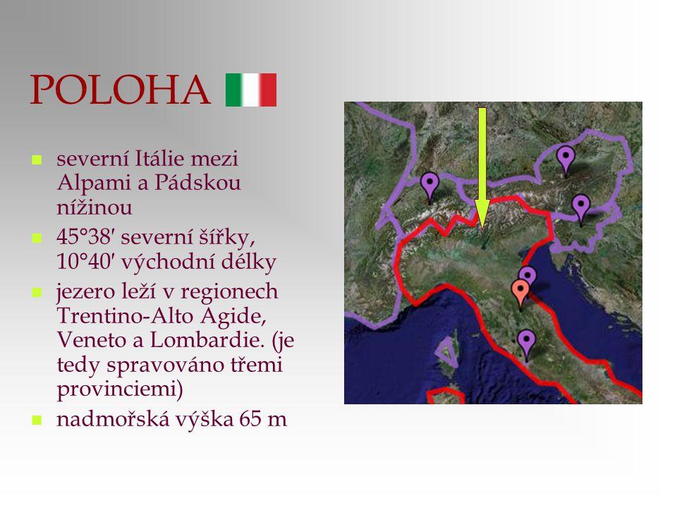 POLOHA severní Itálie mezi Alpami a Pádskou nížinou 45°38′ severní šířky, 10°40′ východní délky jezero leží v regionech Trentino-Alto Agide, Veneto a