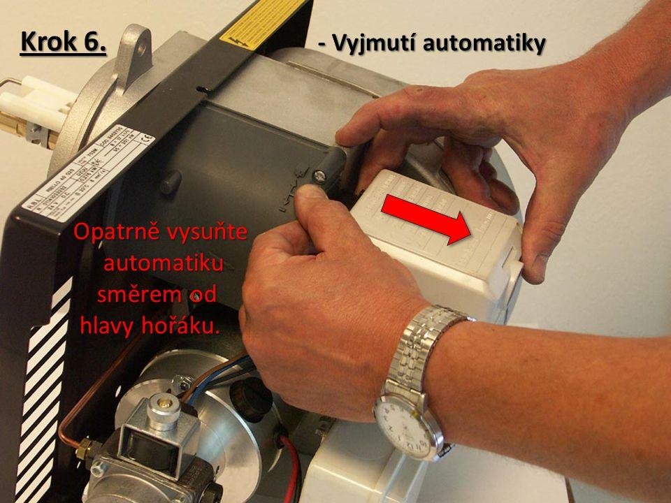 Krok 6.- Vyjmutí automatiky Opatrně vysuňte automatiku směrem od hlavy hořáku.