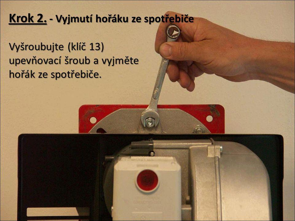 Krok 2. - Vyjmutí hořáku ze zařízení Položte jej na vhodné předem připravené místo.