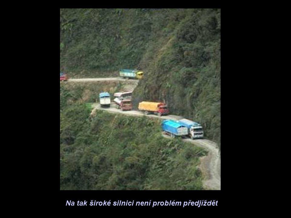 Na tak široké silnici není problém předjíždět