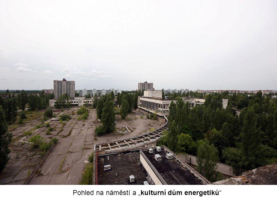 """Pohled na náměstí a """"kulturní dům energetiků"""""""