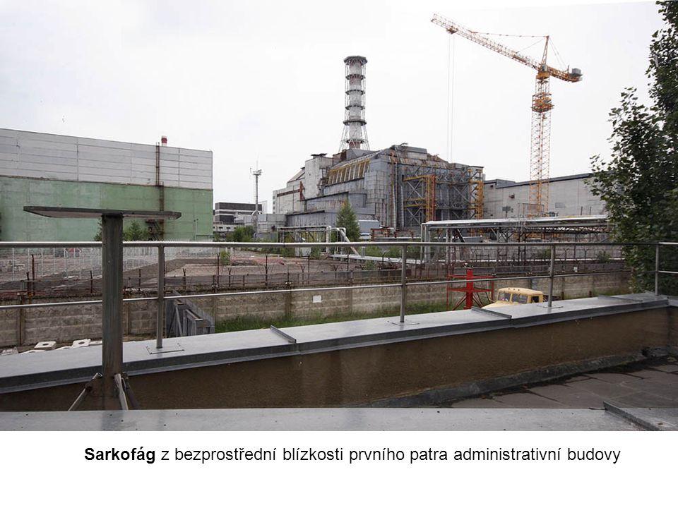 Sarkofág z bezprostřední blízkosti prvního patra administrativní budovy