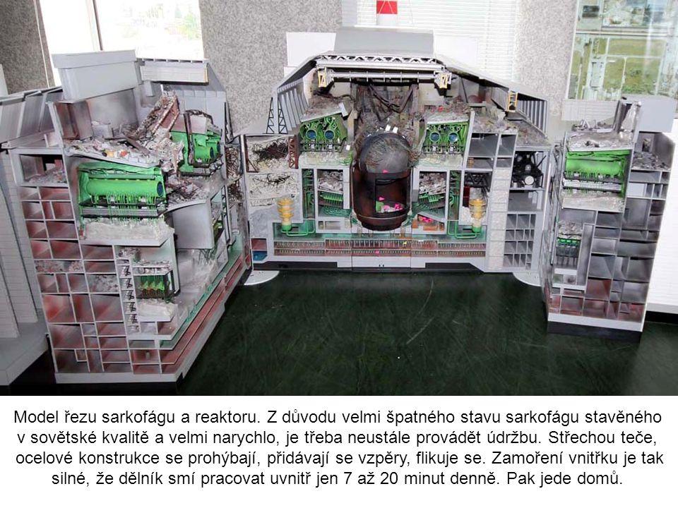 Model řezu sarkofágu a reaktoru. Z důvodu velmi špatného stavu sarkofágu stavěného v sovětské kvalitě a velmi narychlo, je třeba neustále provádět údr