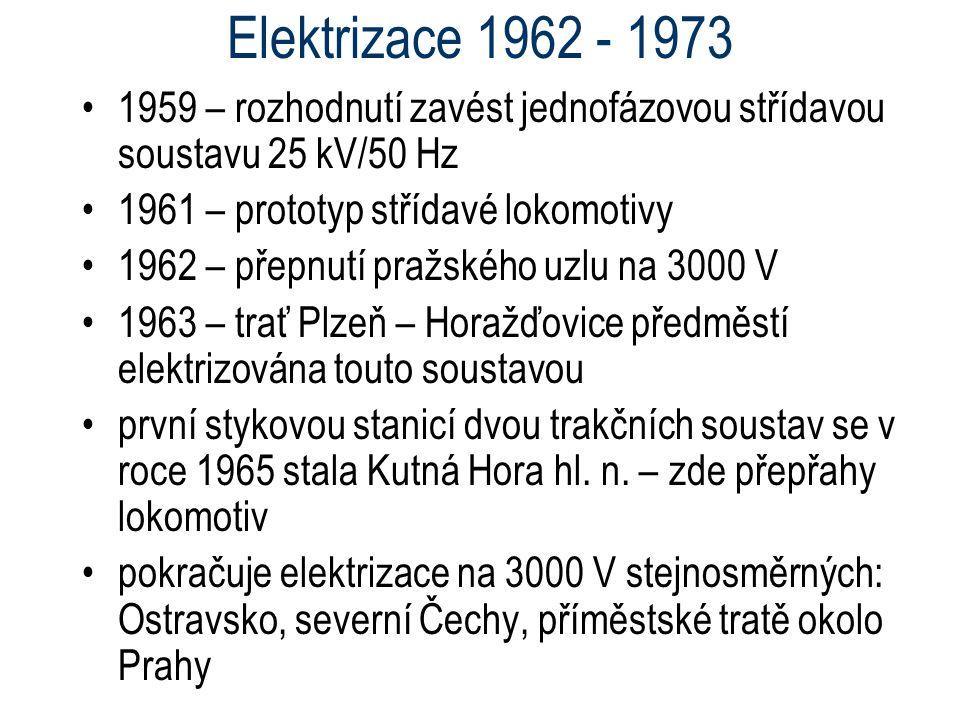 Elektrizace 1962 - 1973 1959 – rozhodnutí zavést jednofázovou střídavou soustavu 25 kV/50 Hz 1961 – prototyp střídavé lokomotivy 1962 – přepnutí pražs