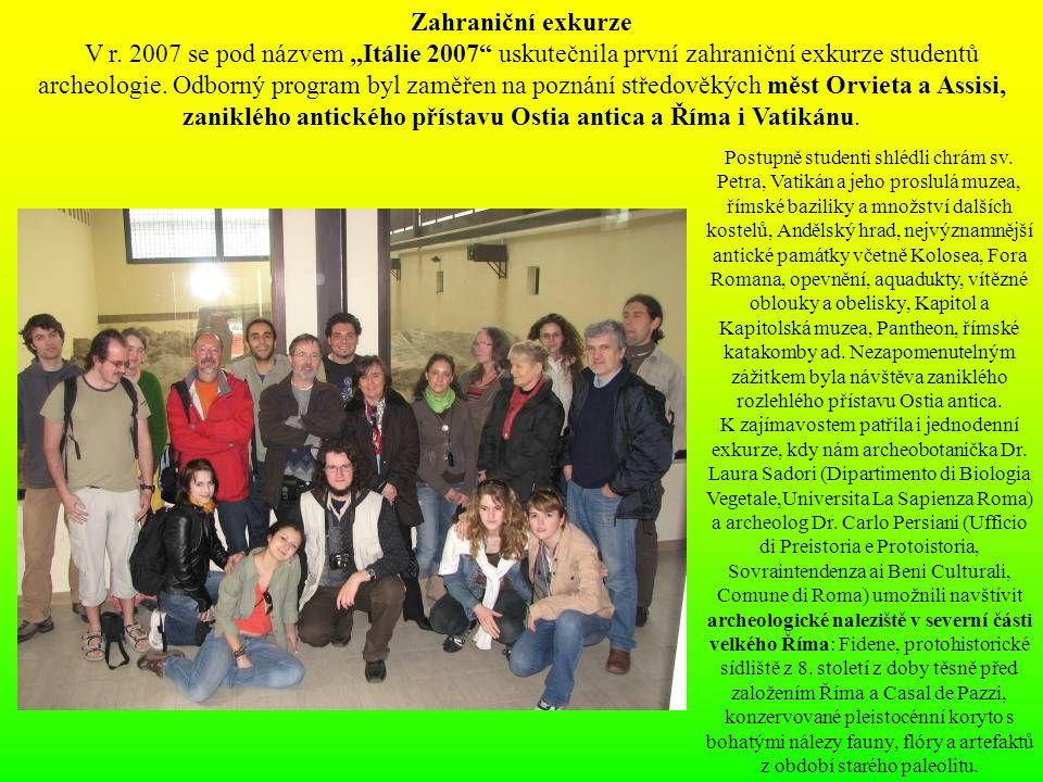 """Zahraniční exkurze V r. 2007 se pod názvem """"Itálie 2007"""" uskutečnila první zahraniční exkurze studentů archeologie. Odborný program byl zaměřen na poz"""