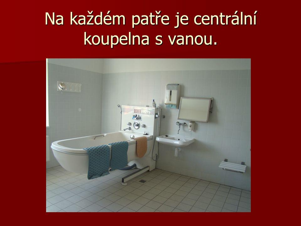 Na každém patře je centrální koupelna s vanou.