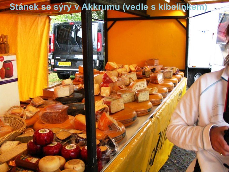 Stánek se sýry v Akkrumu (vedle s kibelinkem)