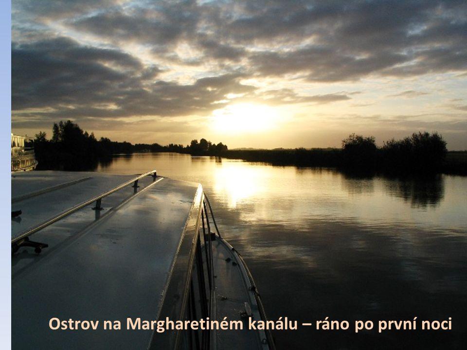 Míjíme a vyhýbáme se až 10 x větším plavidlům Ostrov na Margharetiném kanálu – ráno po první noci