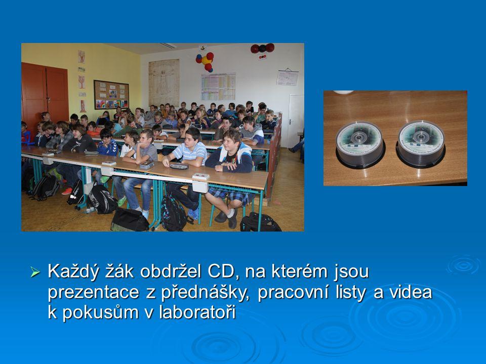  Každý žák obdržel CD, na kterém jsou prezentace z přednášky, pracovní listy a videa k pokusům v laboratoři
