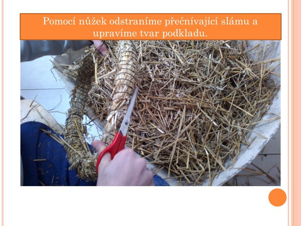 Pomocí nůžek odstraníme přečnívající slámu a upravíme tvar podkladu.