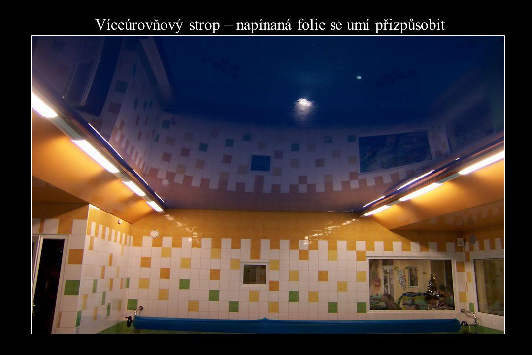 Víceúrovňový strop – napínaná folie se umí přizpůsobit