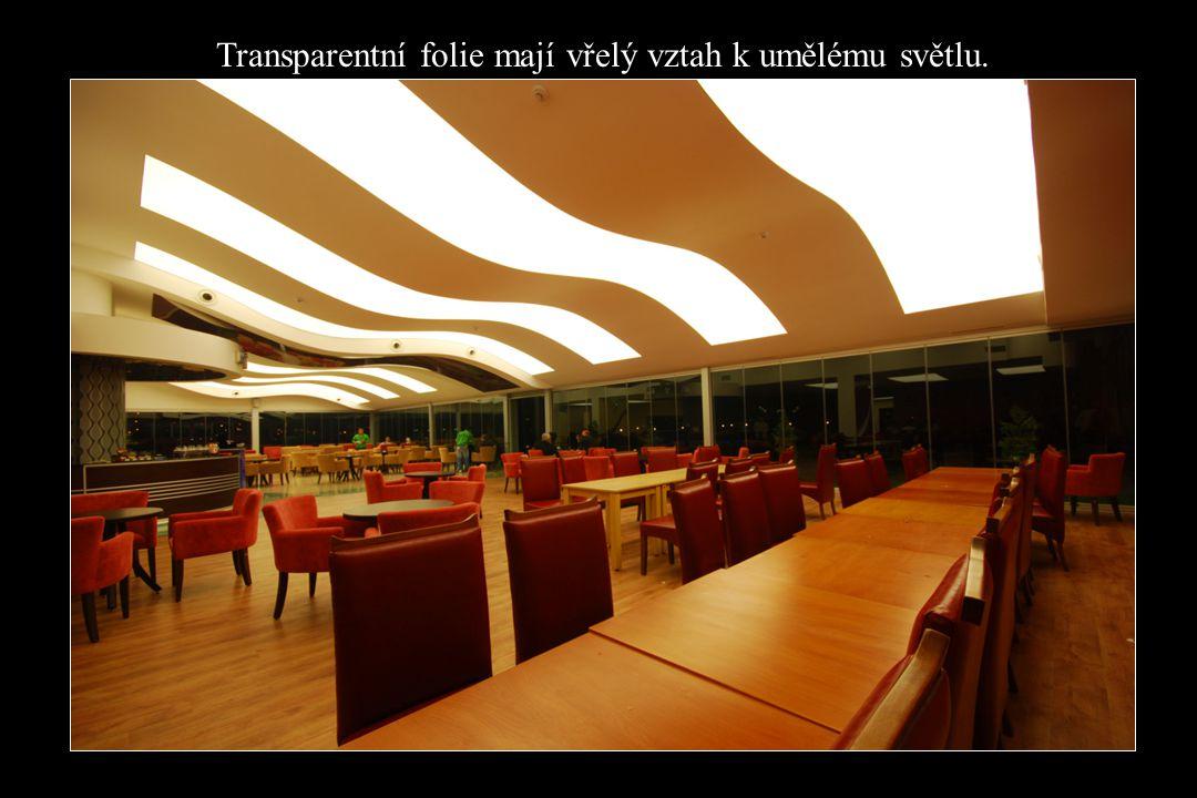 Transparentní folie mají vřelý vztah k umělému světlu.