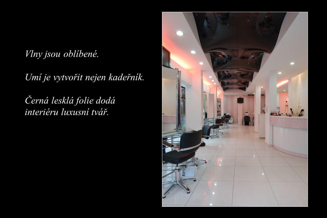 Vlny jsou oblíbené. Umí je vytvořit nejen kadeřník. Černá lesklá folie dodá interiéru luxusní tvář.