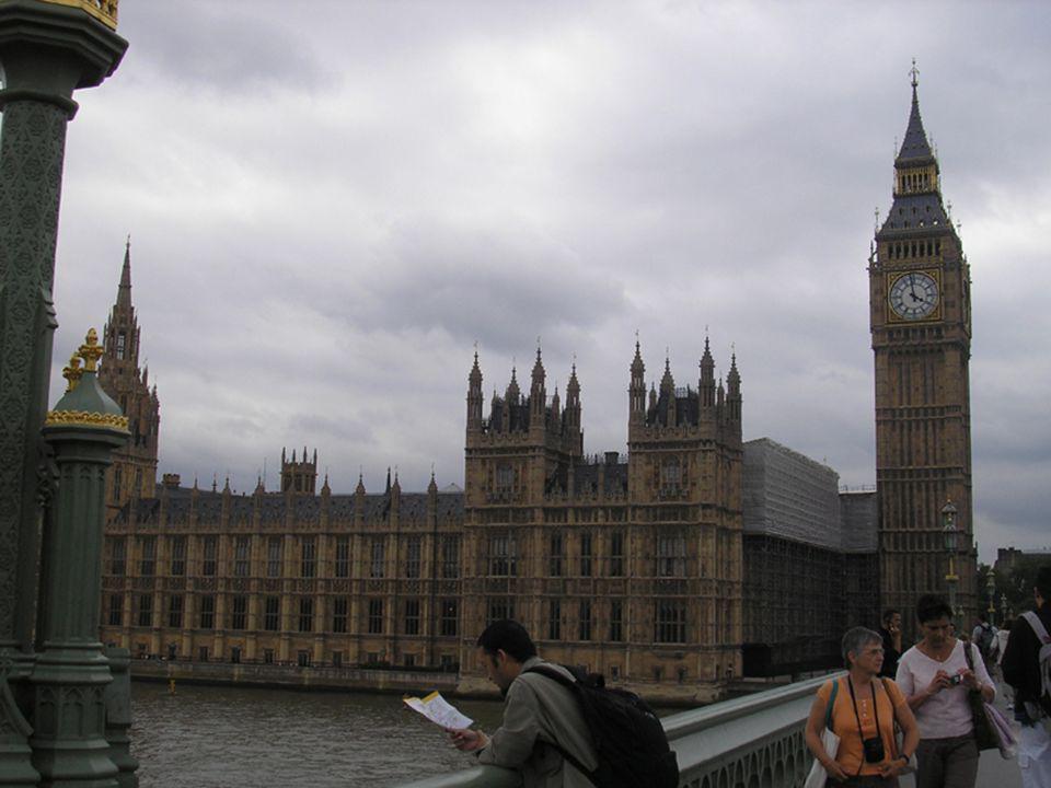 Přejít na první stránku London is a city of contrasts. Greenwich. Royal Naval College. (foreground)