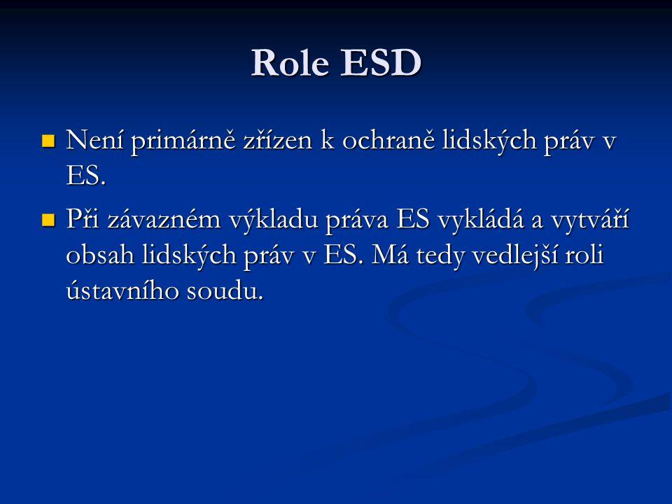 Role ESD Není primárně zřízen k ochraně lidských práv v ES. Není primárně zřízen k ochraně lidských práv v ES. Při závazném výkladu práva ES vykládá a