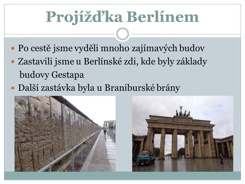 Projížďka Berlínem Po cestě jsme vyděli mnoho zajímavých budov Zastavili jsme u Berlínské zdi, kde byly základy budovy Gestapa Další zastávka byla u B