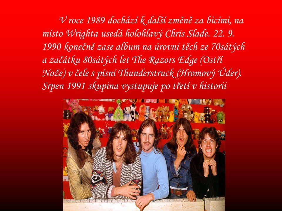 V roce 1989 dochází k další změně za bicími, na místo Wrighta usedá holohlavý Chris Slade.