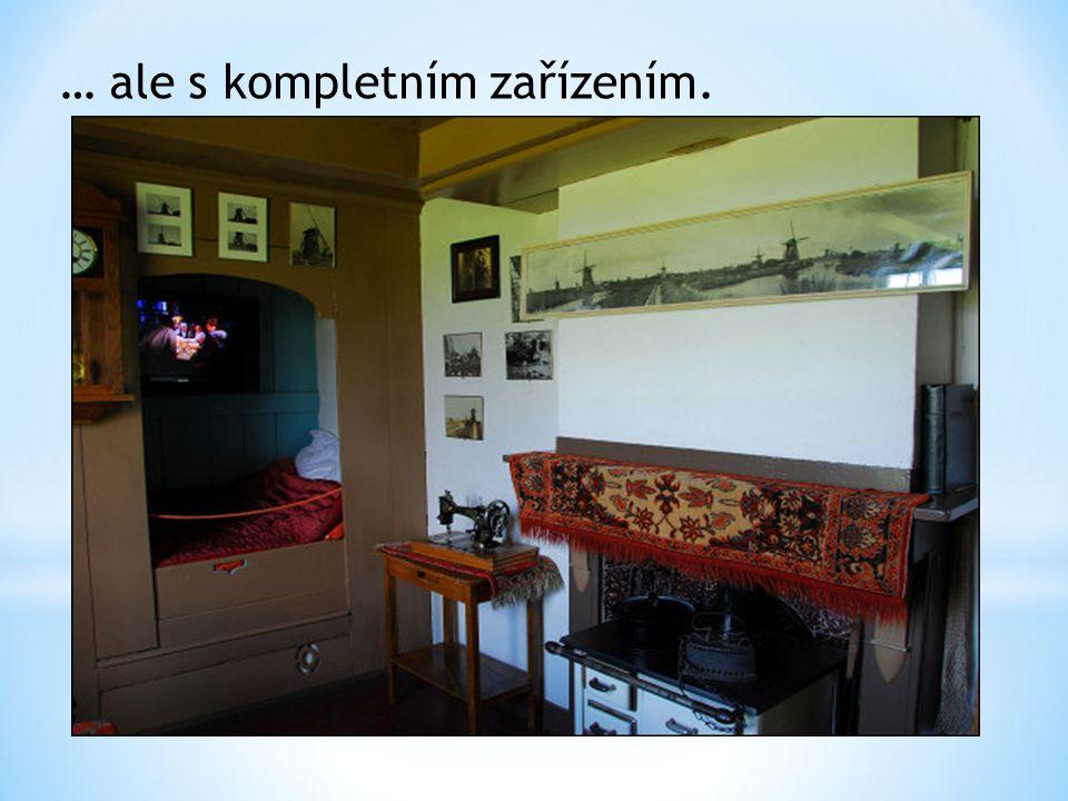Malý čtenářský koutek, křesla, knihovnička a okno k pozorování krajiny z výšky větrného mlýna.