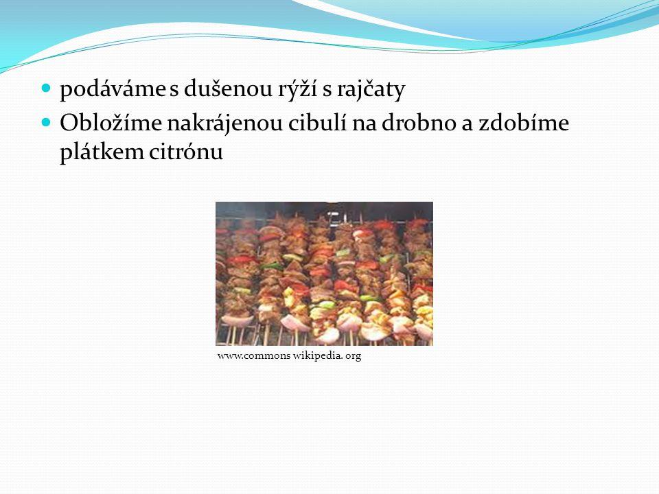 podáváme s dušenou rýží s rajčaty Obložíme nakrájenou cibulí na drobno a zdobíme plátkem citrónu www.commons wikipedia. org