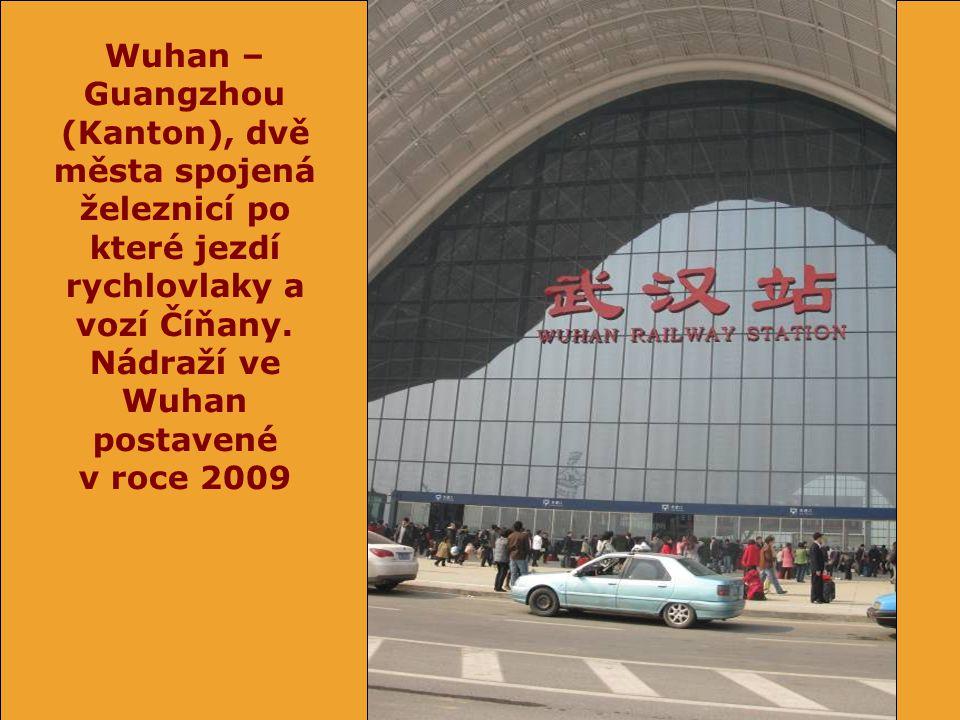 Wuhan – Guangzhou (Kanton), dvě města spojená železnicí po které jezdí rychlovlaky a vozí Číňany.