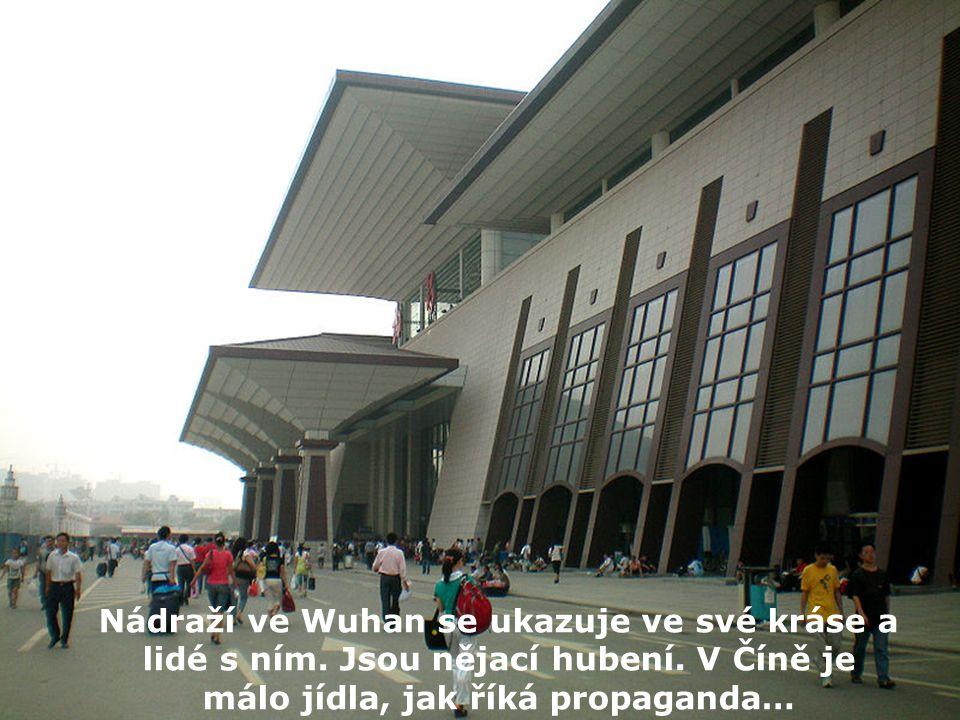Nádraží ve Wuhan se ukazuje ve své kráse a lidé s ním.