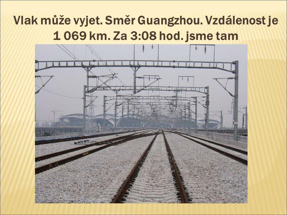 Vlak může vyjet. Směr Guangzhou. Vzdálenost je 1 069 km. Za 3:08 hod. jsme tam