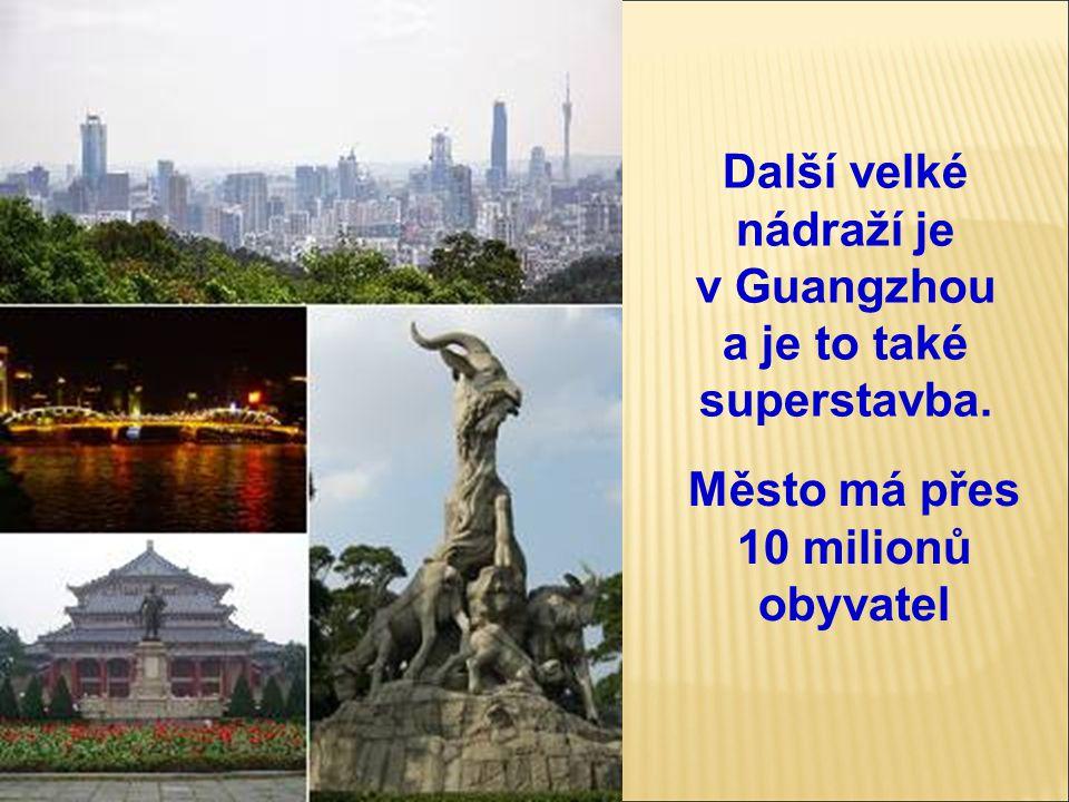Další velké nádraží je v Guangzhou a je to také superstavba. Město má přes 10 milionů obyvatel