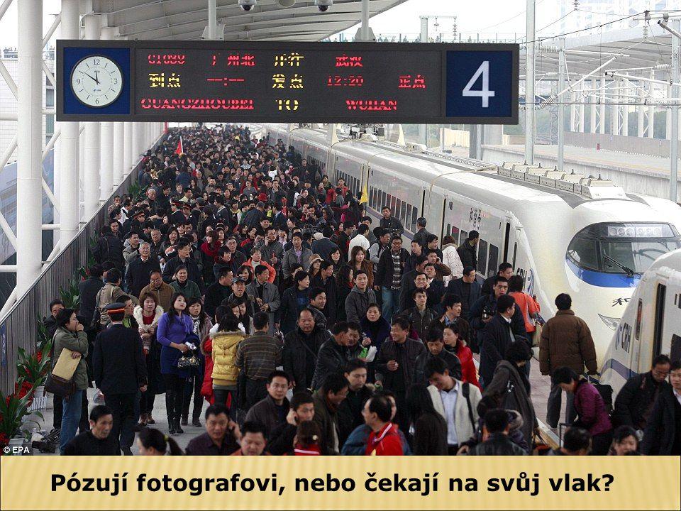 Pózují fotografovi, nebo čekají na svůj vlak?