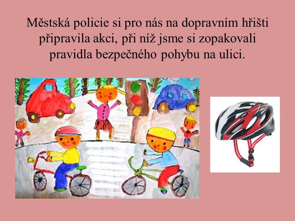 Městská policie si pro nás na dopravním hřišti připravila akci, při níž jsme si zopakovali pravidla bezpečného pohybu na ulici.