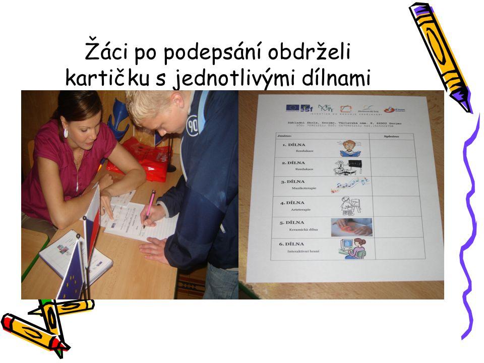Žáci po podepsání obdrželi kartičku s jednotlivými dílnami