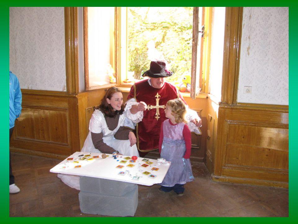 Majitel zámku nám umožnil prohlídku a pionýři připravili stanoviště pro děti