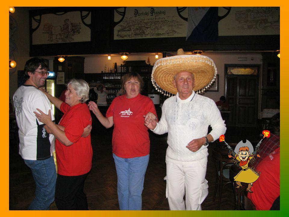 Předání kytice Heleně Sedláčkové k pětatřicetinám turistického odboru v Nepomuku