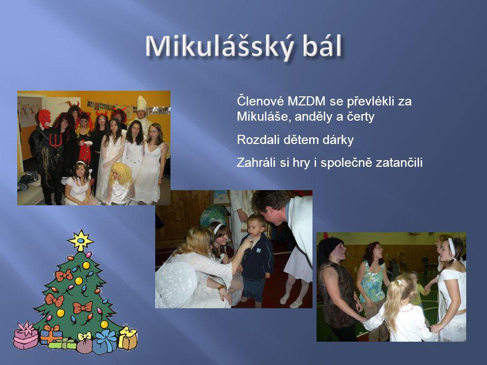 Členové MZDM se převlékli za Mikuláše, anděly a čerty Rozdali dětem dárky Zahráli si hry i společně zatančili