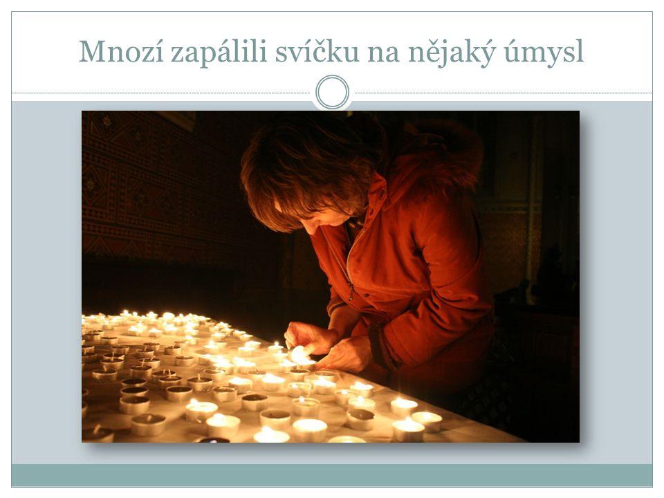 Mnozí zapálili svíčku na nějaký úmysl